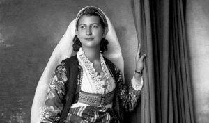 Eski bir Arnavut kadını giysisi