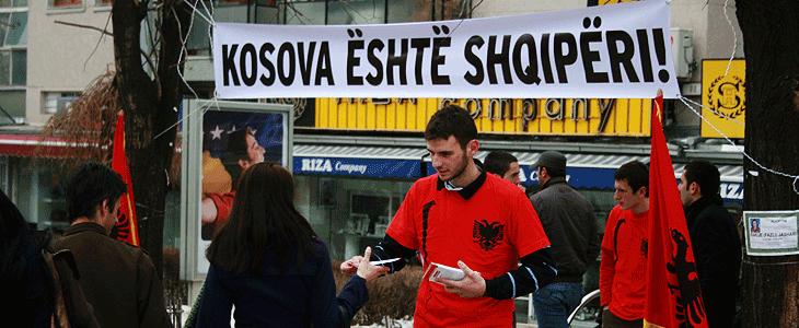 """Rus Taraftarlar """"Kosova Sırbistan'dır"""" Yazan Pankart açtılar"""